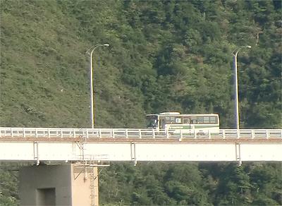 内海大橋を渡るバスを拡大