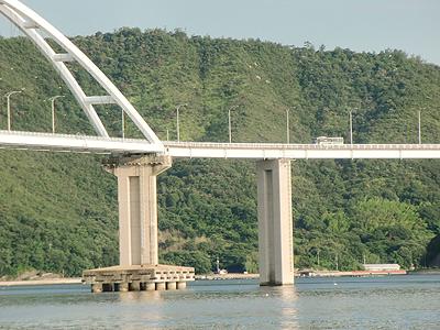 内海大橋を渡るバス
