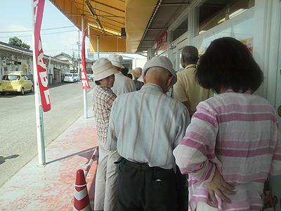 朝一番の開場を待つ人の列