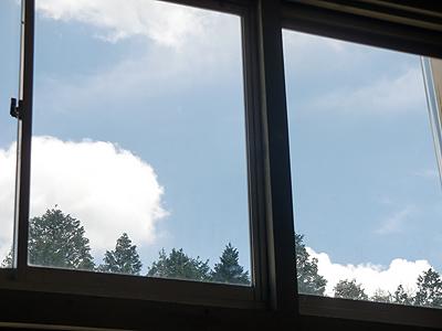 窓から見る夏空
