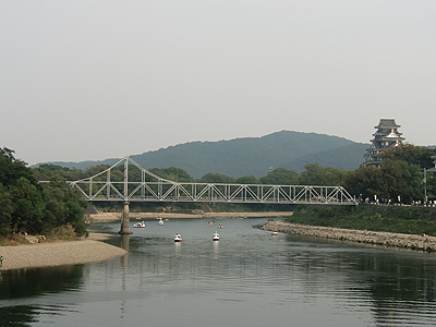 日本三名園の1つ岡山後楽園横を流れる旭川と岡山城