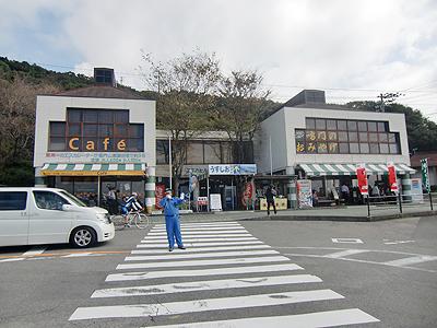鳴門公園第一駐車場からエスカヒル鳴門チケット売場を望む