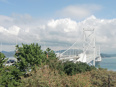 架橋記念館エディ前から見た大鳴門橋
