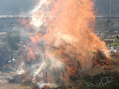 激しく燃え上がる炎