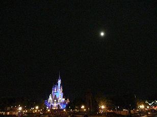 ディズニーランドと月