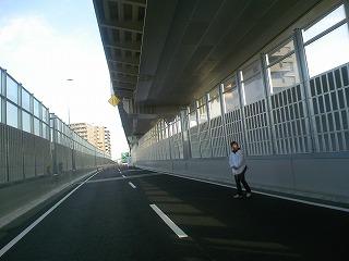 旧高松ランプから板橋方面に向う下り車線。1車線になっています。