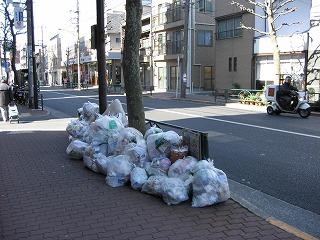 目白通り、新宿側のゴミが強風の時こちらにきてしまう。