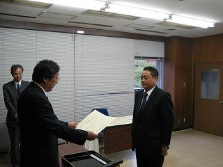 選挙管理委員長から当選証書を授与