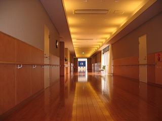 100mの直線廊下-都内では見られないゆったりとした施設