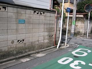 一方通行の標識の場所を交差点に変えて、従来の標識を撤去