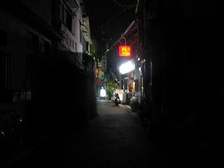 公園側からニコニコ商店街を見る-手前は真っ暗。