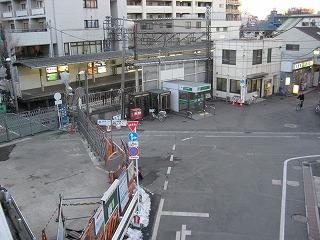 椎名橋上から駅北口を見下ろす