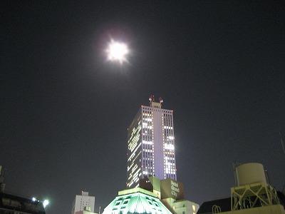 満月とサンシャイン60ビル