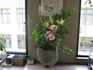 議会事務局職員の力作-カーネーションとユリの花
