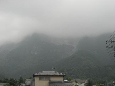 武甲山は霧に・・・