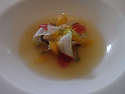 貝の冷製ブイヨン ほのかなオレンジの香り セロリ 金柑ヴィネガーのジュレ