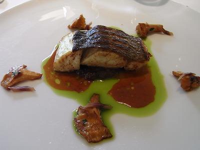鱸のポワレ 新鮮なジロル パセリオイルとアンチョビ