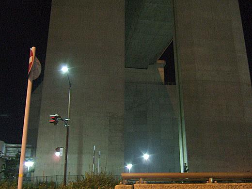 真下から見る明石海峡大橋の基部