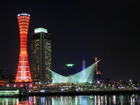 神戸メリケンパークとポートタワーの夜景