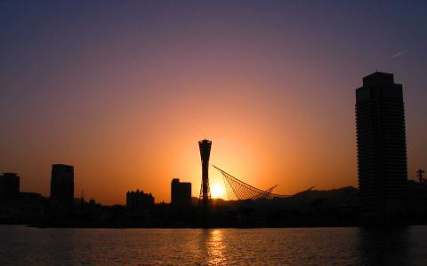 神戸ポートタワーと夕日・夕焼け空