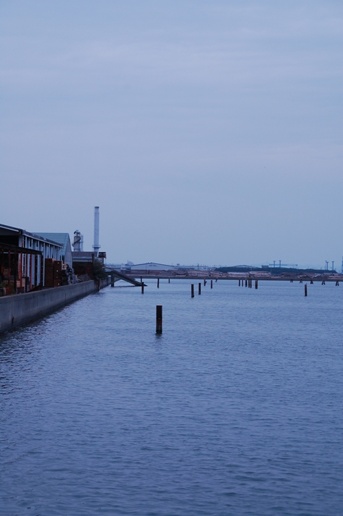 海沿いの工業地帯