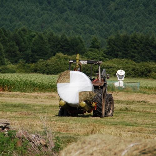 牧草をラッピングする様子_05