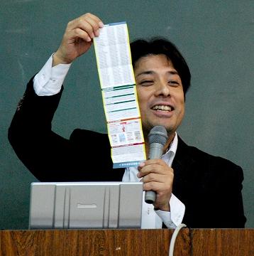 岡本さんが手にしているのは自身の名刺。すごいですよね。