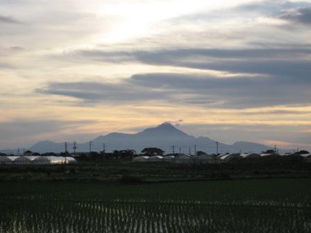 ⑨梅雨の終りの澄んだ空気の中、お向かいの長崎県 雲仙普賢岳が奇麗です。