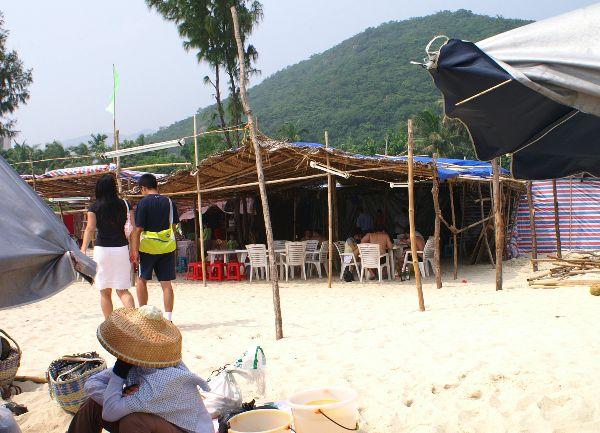 海南島日目亜龍湾昼食海の家