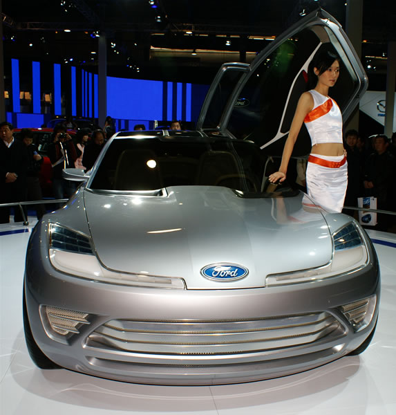 フォードコンセプトカー前