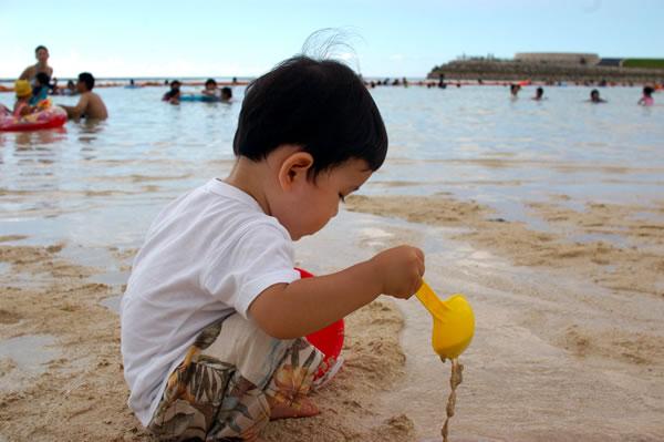 海で砂遊び01