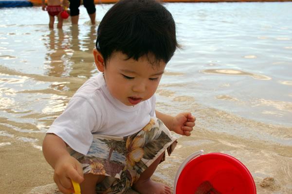 海で砂遊び02
