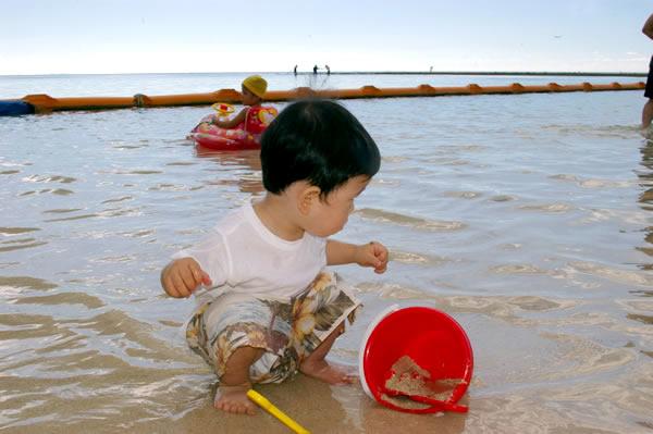 海で砂遊び03