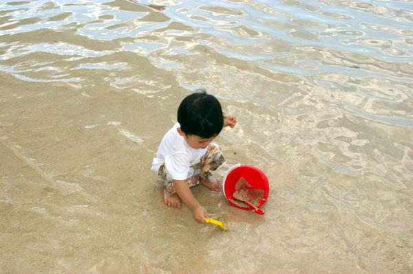 海で砂遊び05
