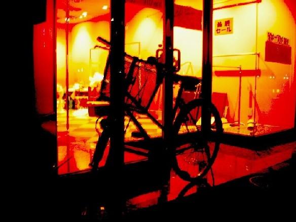 空っぽな店舗の前にポツリと一台の自転車。店を閉めて家路のためなのか
