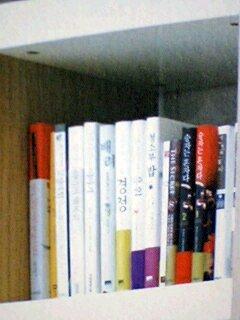 ソ・ドヨン自宅書斎左から2列目上から2段目