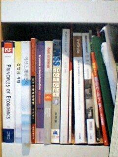 ソ・ドヨン自宅書斎一番右の上から2段目の棚