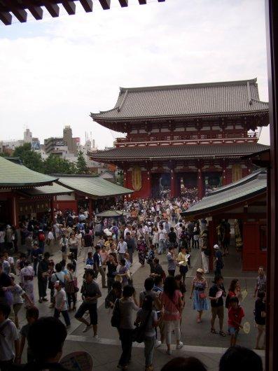 15浅草寺本道から宝蔵門を見る