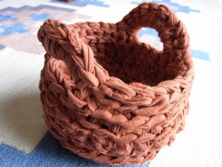 裂き編みかご レンガ色