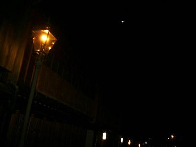 ひがし茶屋街と月