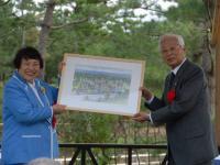 大塚名誉会長から堂本知事へ贈呈されました