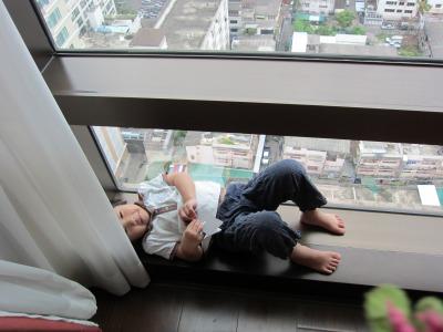 窓でくつろぐちび子