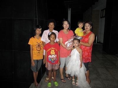 シッターさんの家族と記念撮影