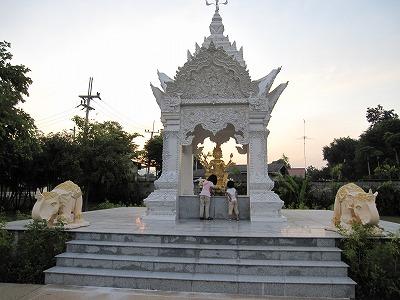 ホテルの廟