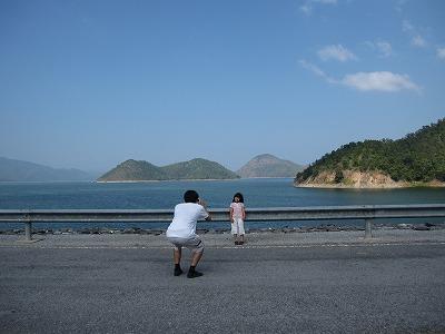 貯水湖をバックに記念撮影