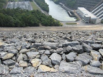 ダムの急斜面
