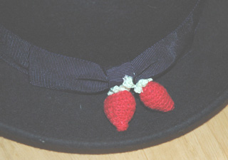 帽子につけた苺のレース編み飾り