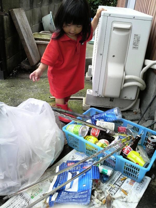 ゴミの分別を手伝う娘