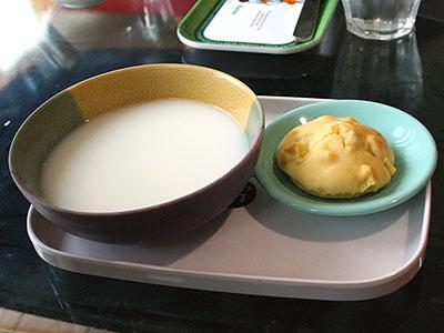 お芋のマフィンとミルクプレート