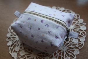 紫小花のキャラメルポーチ